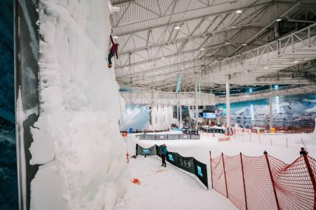 Isveggen er plassert sentralt i hallen. Foto: Anders Vestergård.