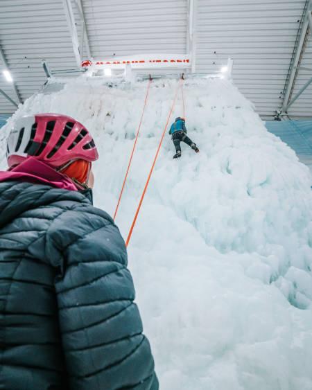 Veggansvarlig Hans Petter Håkonsen tester ut isen. Foto: Anders Vestergård.