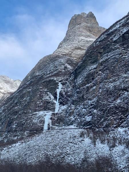 Jokha-isen WI5. Hårstadnebba er den lille knausen bak. Foto Emil Bråten
