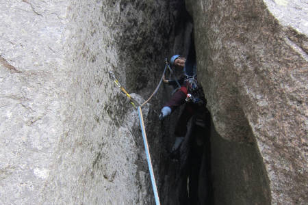 VET DU HVA DENNE TYPE FORMASJON KALLES? Siv Bøyum i Den Sorte Kamin på Gygrestolen i Telemark. Dette er altså en kamin. Foto: Lisa Kvålshaugen Bjærum