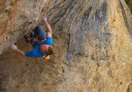 Magnus Midtbø klatrer i Spania. Foto: Henning Wang