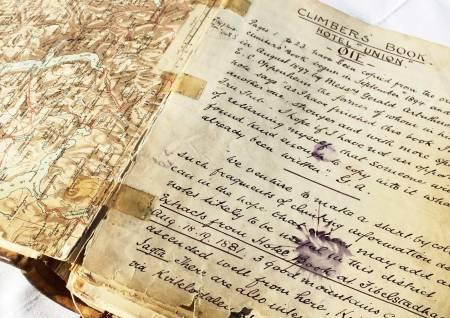 HISTORIEPERLE:  Climbers' Book ble lagt på Hotel Union Øye rundt 1891, og inneholder turskildringer fra blant annet William C. Slingsby. Foto: 62°NORD