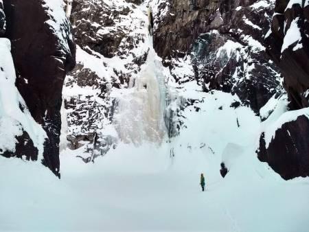 RJUKAN: Et naturlig samlingssted for landets isklatrere er på Rjukan. Her er Arne Hodnungset foran Rjukanfossen. Foto: Eirin Breie