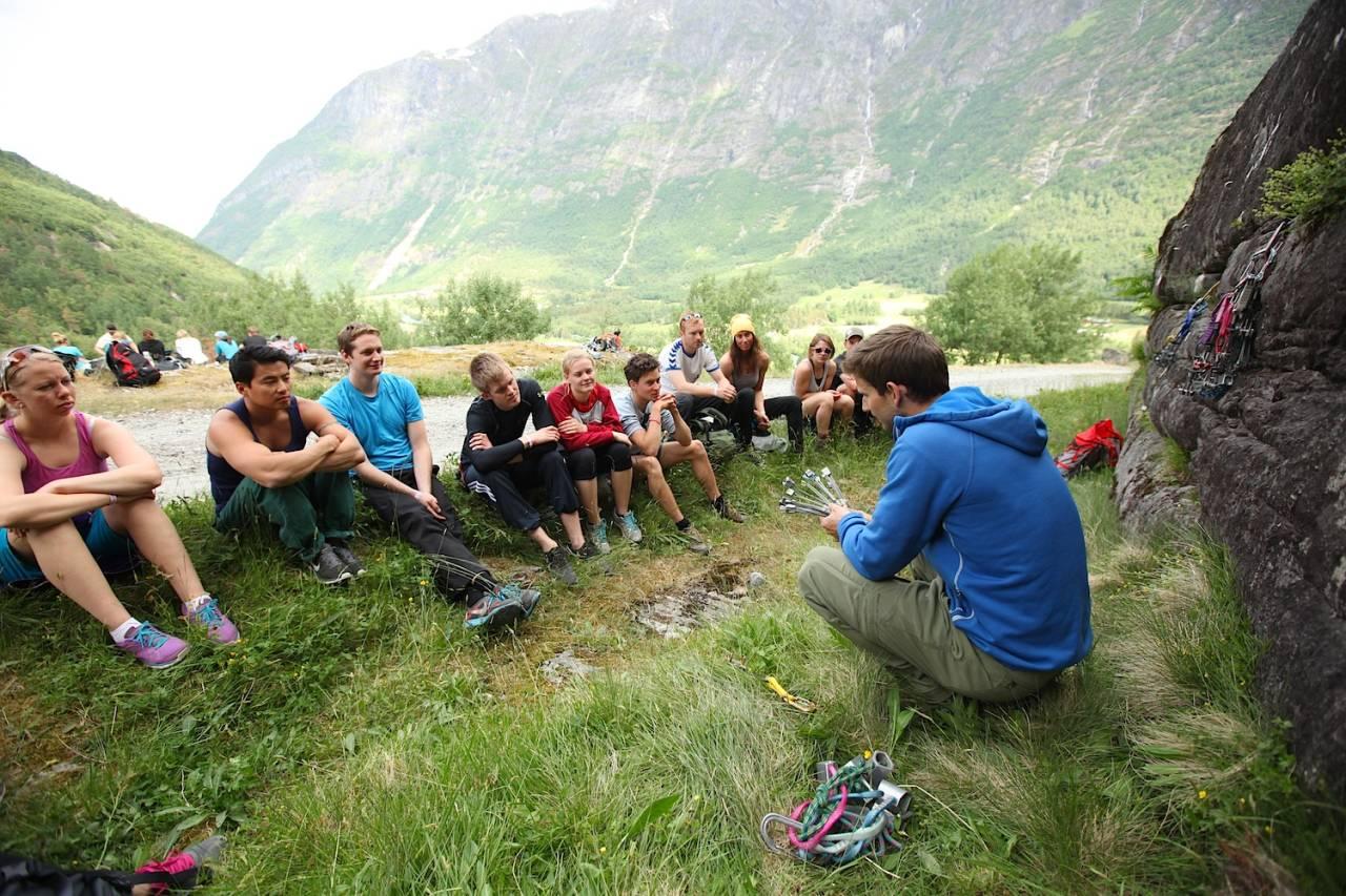 Jarle Kalland har klinikk for bruk av naturlige sikringsmidler under Strynefestivalen i fjor. Foto: Dag Hagen