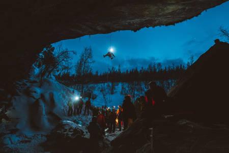 Tor Lyngmo tok alle med til grotta like ved Fjellkysten Gjestehus. Foto: Mathis Dumas