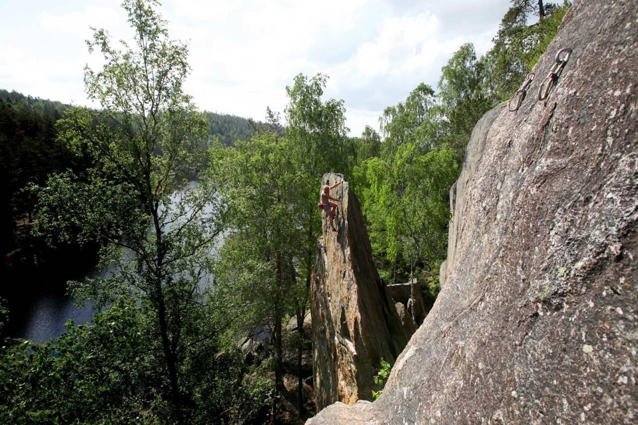 LAG DIN EGEN KLATREFØRER: 27 Crags sin premium-versjon gjør at du nå kan lage din egen klatrefører. Her fra Hauktjern der Paula Voldner går Venstre (7-) på Hauknebbet. Foto: Dag Hagen