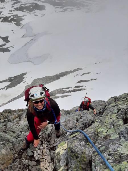 Nina og Trond på vei opp Pionerruta. Foto: Lisa Kvålshaugen Bjærum
