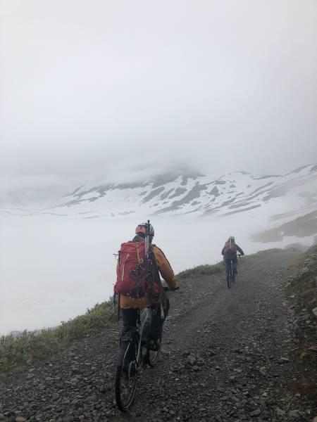 På sykler innover Morka-Koldedalen. Foto: Sebastian Namork