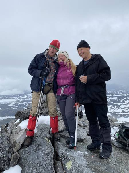 Ralph Høibakk, Lisa Kvålshaugen Bjærum og Anders Opdal på Falketind. Foto: Nina Johannesen