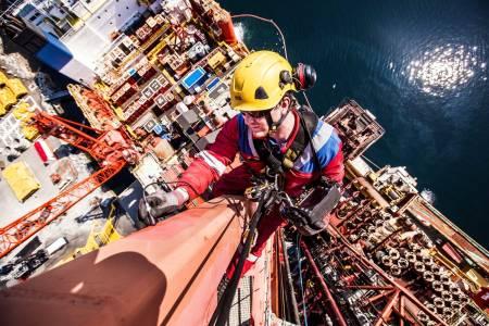 INSPEKSJON: Kim Stian Båtstad fra Axess driver med luftig inspeksjonsarbeid på «West NavIgator» ved kai i Kristiansund. Foto: Terje Aamodt