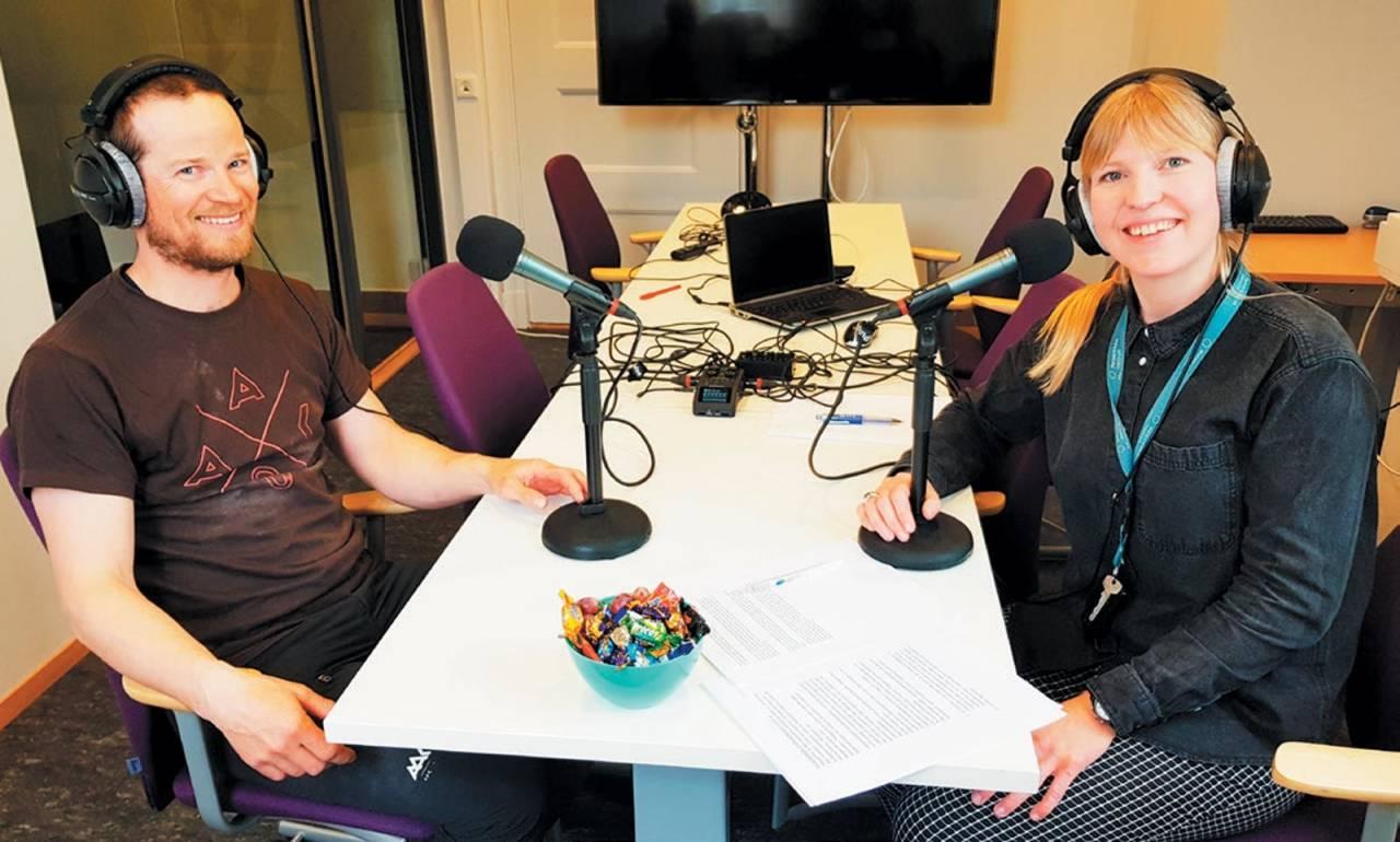 I STUDIO: Thomas Meling er med i Værpodden sammen med statsmeteorolog Rebecca Roggentin. Foto: Kristin Seter