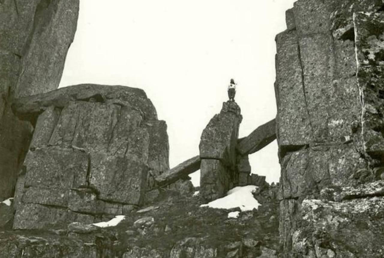 Bodil Roland Heen på toppen av Vågekallfiguren. Foto: Arne Randers Heen