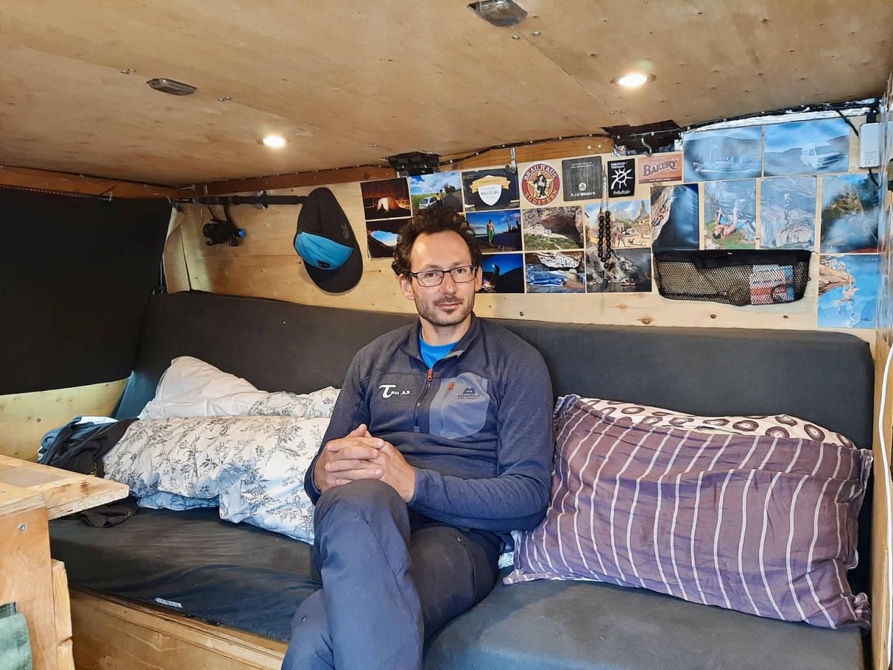 I BILEN: Henning i sitt fine hjem på hjul når han reiser rundt på jobb eller drar til Spania. Foto: Lisa Kvålshaugen Bjærum