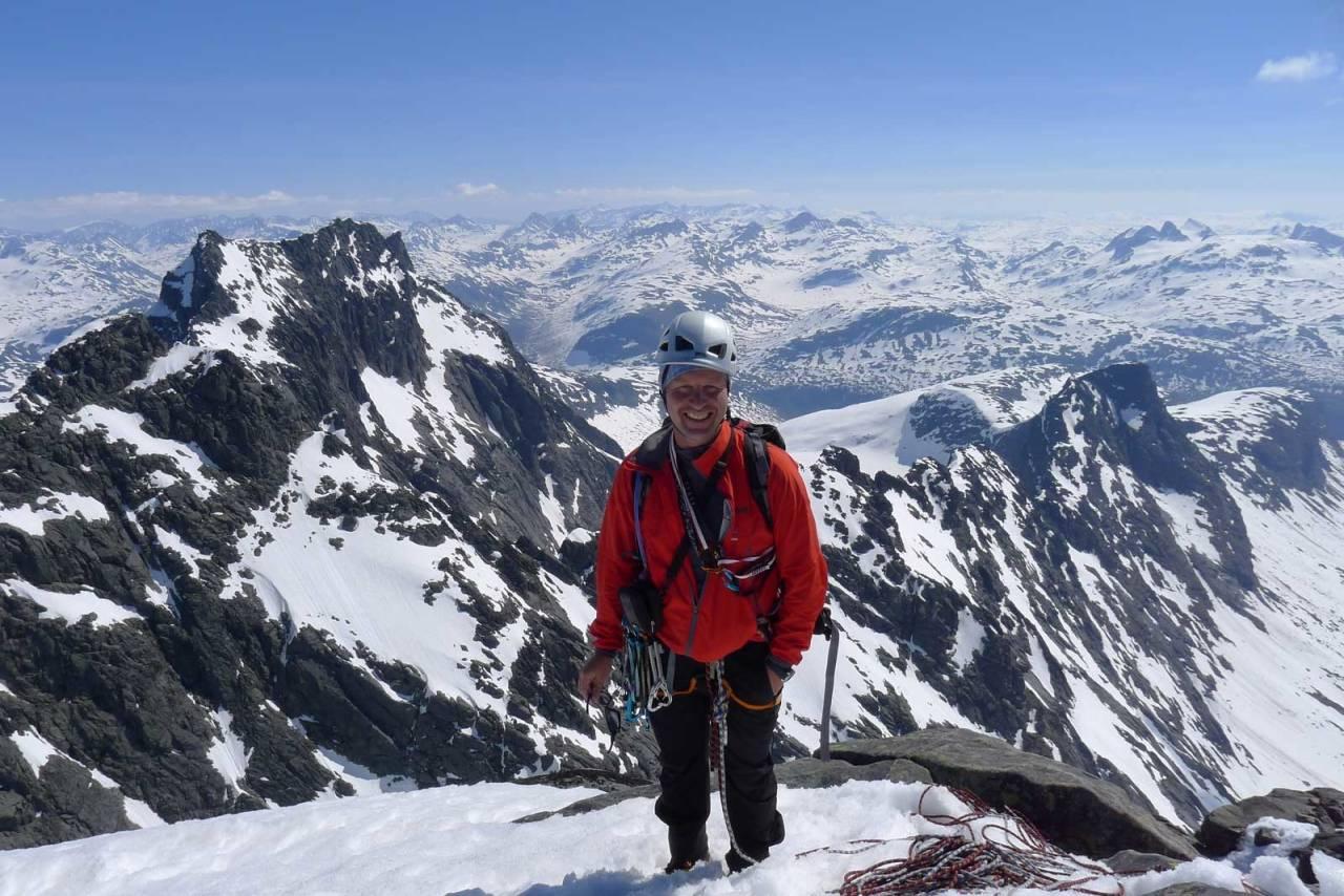 Glad vegleder: Jostein Aasen på toppen av Storen, der han har vært 160 ganger! Bildet er tatt av en «gjest», som det heter på veglederspråket.