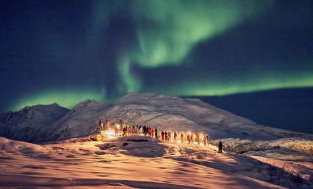 Det var en vakker minnestund for Øystein Stangeland under nordlyset tirsdag kveld. Foto: Stein Tronstad