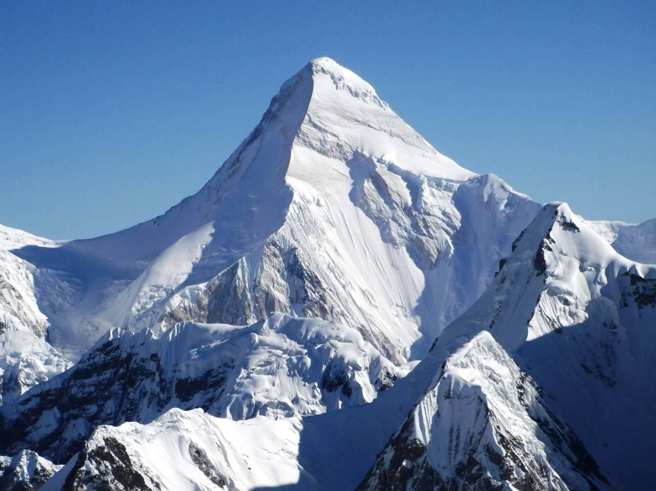Mektig: Khan Tengri (7010 moh) er et imponerene syn. Navnet betyr angivelig noe slikt som «himmelens hersker». Foto: Asset Danyalov