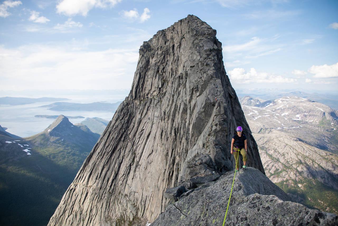 STETIND: Hva mener NKF, NTK, Nortind og DNT om rappellfester på et så trafikkert fjell som Stetind? Foto: Tore Meirik