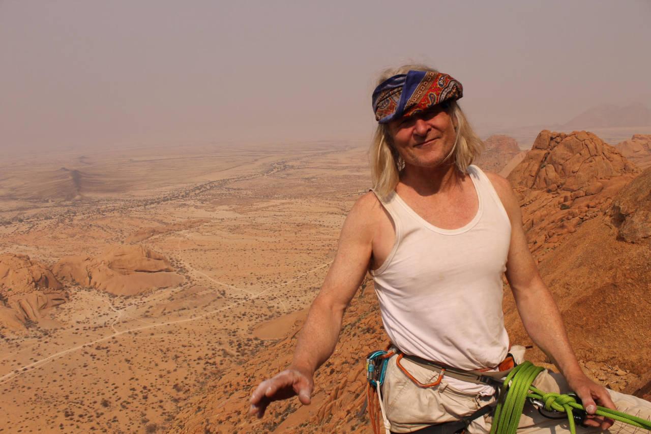 Tore klatrende i Namibia i 2017. Han mener at det må mer dialog til enn monolog vedrørende via ferrata-saken på Andersnatten. Foto: Øystein F. Dahl
