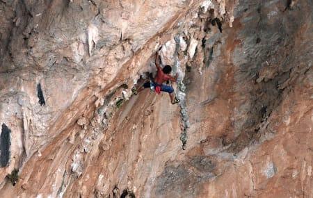 VELTRENT: Er målet ditt å gå en slik rute bør du legge deg i hardtrening og unngå stagnasjon. Henning Wang klatrer den 70 meter lange Morgan Adam est une andalouse (8b) på Kalymnos. Foto: Dag Hagen
