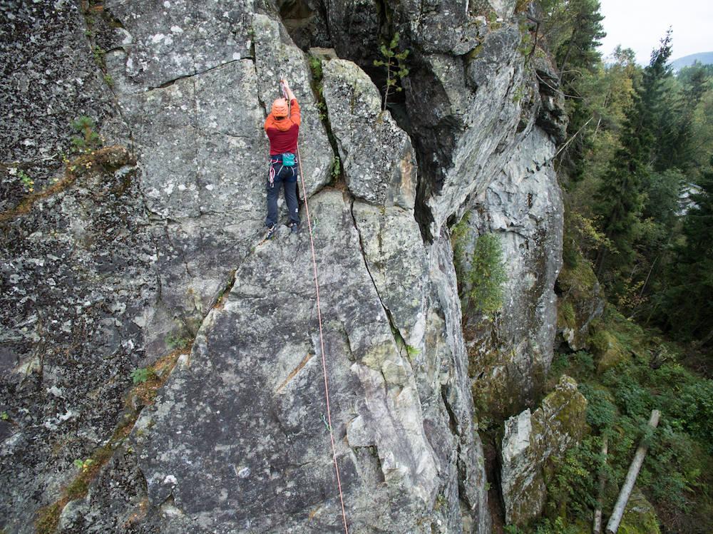 SNU I TIDE: Det finnes ingen mal for hvordan det ser ut på toppen av en klatrerute. Likevel er det ditt eget ansvar å finne en trygg løsning. Det krever litt kunnskap. Foto: Christian Nerdrum