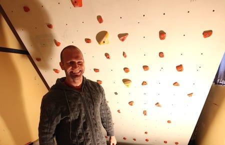 En mann og hans vegg. Foto: Dag Hagen