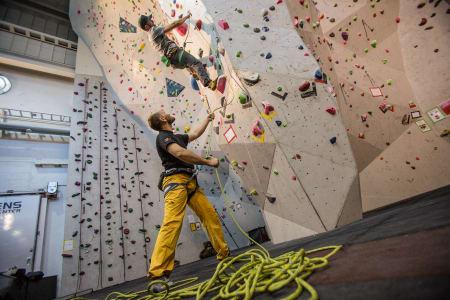SIKRE PÅ LED: I motsetning til topptauklatring, begynner du med tauet på bakken når du sikrer på led. Bilde Christian Nerdrum
