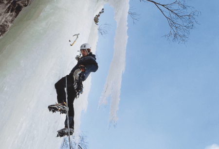 På led: Slik begynner du ikke. Men med litt øvelse kommer du også i gang med leding. Her er Kyrre Østbø på en foss på Sletta i Romsdalen. Foto: Dag Hagen