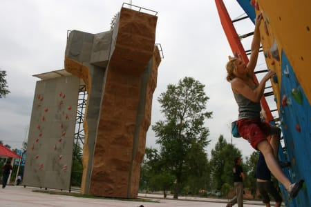 VM I KINA: Artikkelforfatterens søster Hannah trener sirkler på en av dagene mellom konkurransene, på ca. 3000 meters høyde. Foto: Magnus Midtbø