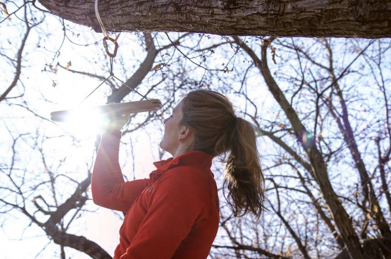 OVERKROPPSSTYRKE: Tina Hafsaas trener lock offs, enarms og andre tunge øvelser i hjemmekarantete. Bildet er hentet fra en klatretur i Sveits i 2017. Foto: Thilo Schröter