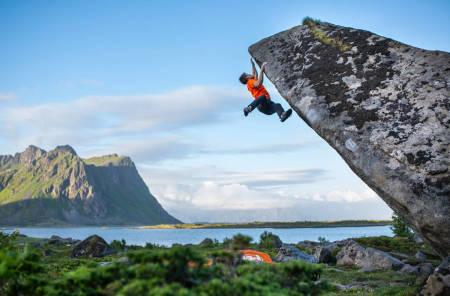 TRENING FOR KLATRING: Du kan designe ditt eget treningsprogram i klatring og holde deg skadefri ved å lese denne artikkelserien på ti artikler. Avbildet er sterke Thilo Schröter i Lofoten. Foto: Arc´Teryx