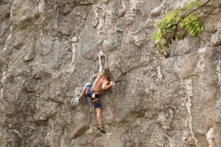 HOLD KLATREFORMEN GJENNOM SOMMEREN: Det er viktig å klatre og buldre, og oppsøke ting du er dårlig på. Her er Even Gårdsmoen på Hauktjern. Foto: Dag Hagen