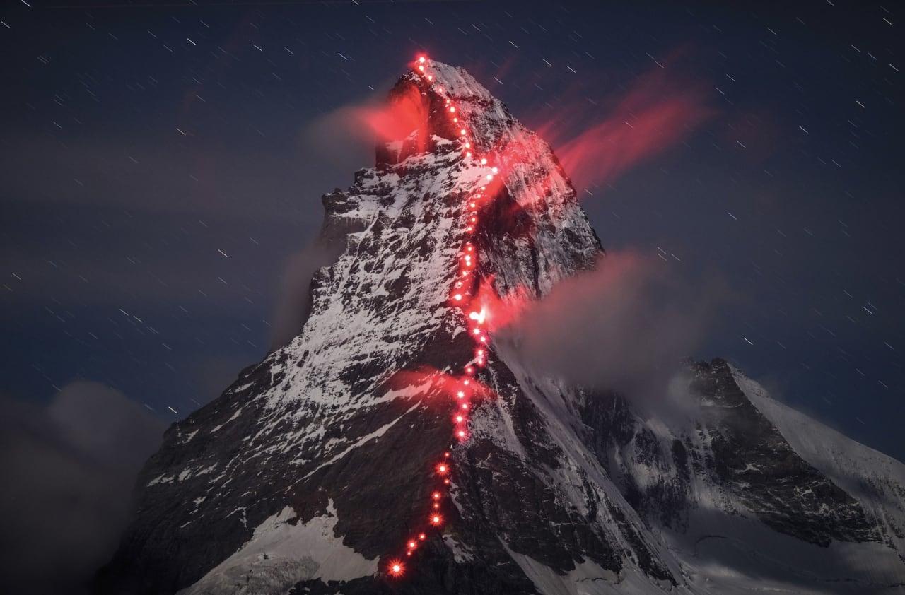 Mammut er kjent for spesielle reklamekampanjer. Her et foto fra normalruta på Matterhorn via Hörnli Ridge. Klatrere satt ut 50 røde lys langs ruta. Foto: Robert Boesch