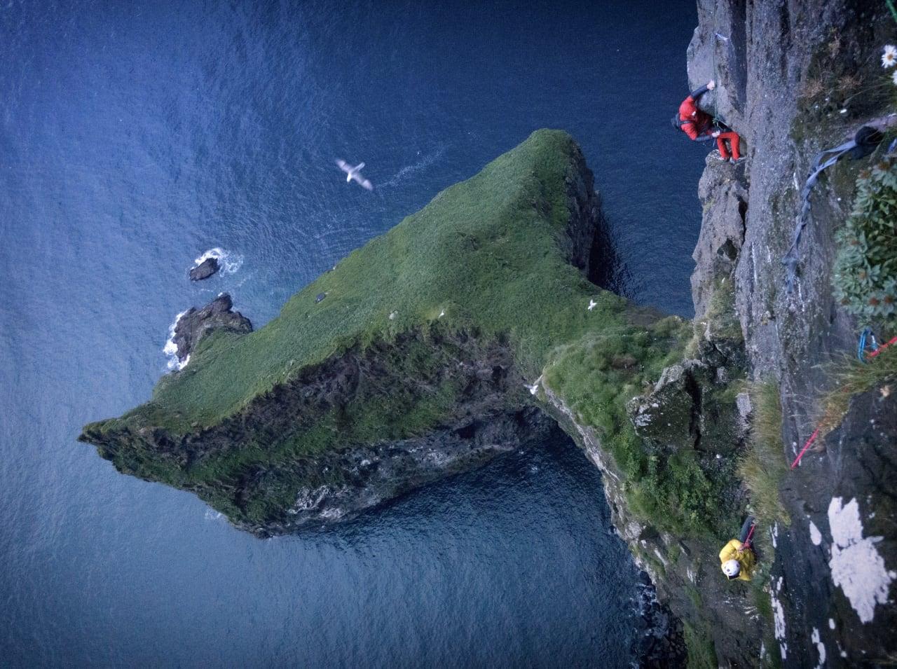 EVENTYR: Yugi Hirayama og James Pearson følger under førstebestigningen av en av verdens høyeste sjøklipper, på Færøyene. Foto: Cedar Wright