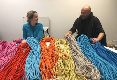 Karoline Lund Hagen og Erik Neergaard vurderer klatretau. Foto: Dag Hagen