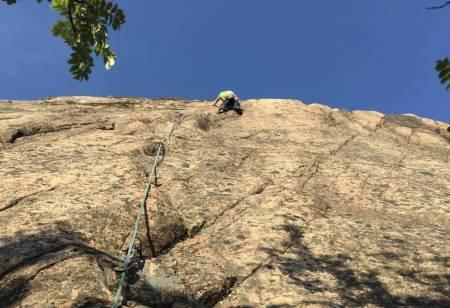 Mange av klippene i Bohuslän ligger på privat jord, og anmarsjen er gjerne over dyrket mark. Dette skaper konflikter med grunneiere. Vi vil oppfordre alle klatrere til å sette seg inn i Bohusläns klatreklubbs retningslinjer for adkomst. Foto: Dag Hagen