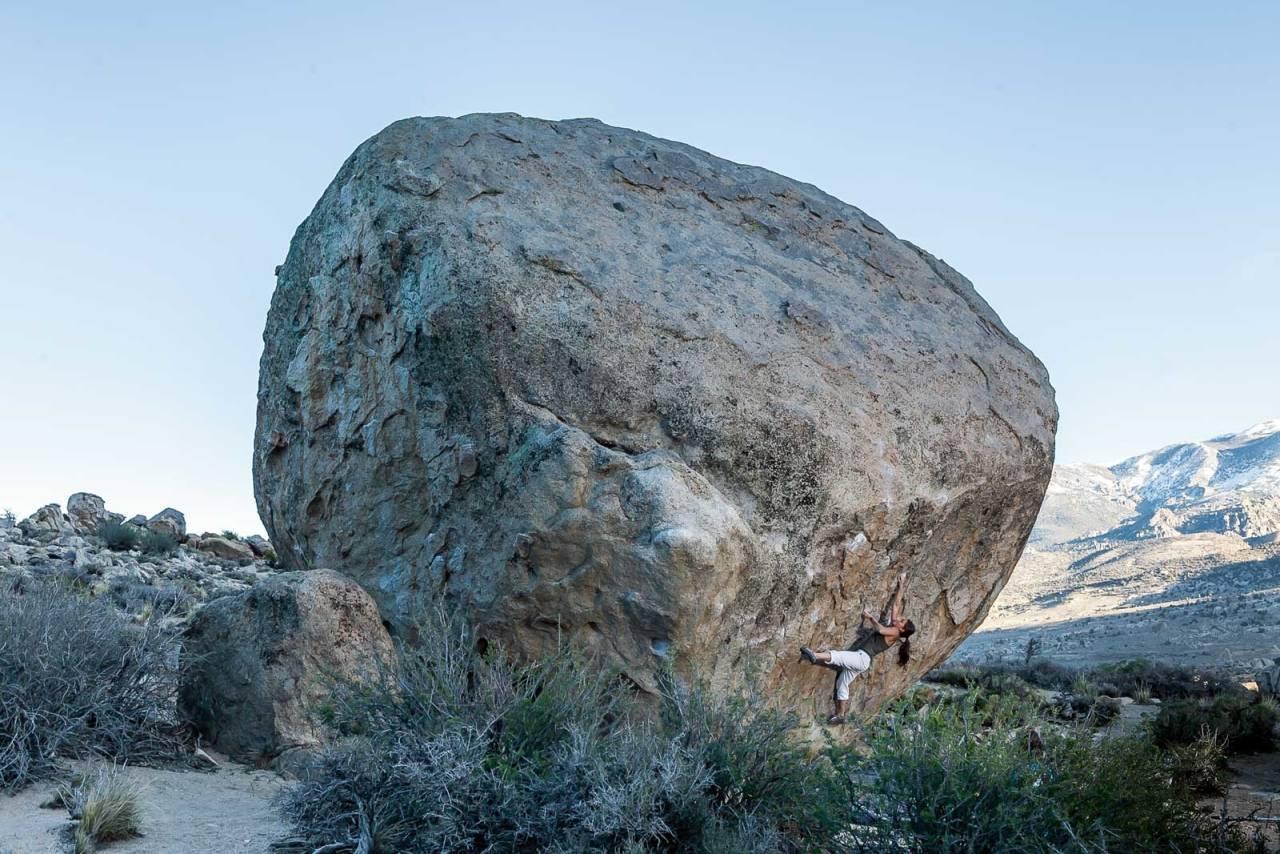 Highballin´ i Bishop: Ved foten av fjellkjeden Sierra Neveda øst i California, finnes et av verdens vakreste buldresteder: Buttermilks. Her er Maria Sandbu på vei opp en av de klassiske høyballene området er så kjent for. Finders fee (7C), i Bishop, California. Foto: Alex Manelis