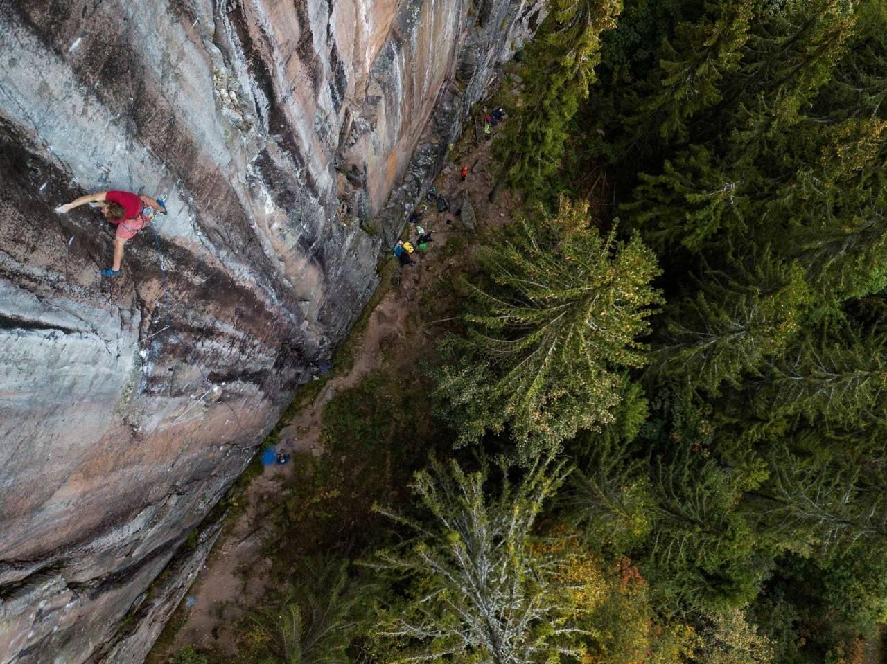PROSJEKTET: Erik Grandelius på Fuglesang-prosjektet på Bergflødt i Lier. Linja følger to sømmer i fjellet på de sorte delene av veggen. Foto Thomas Kleiven