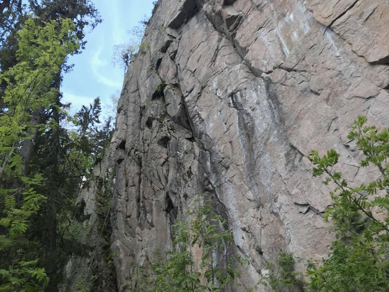 Bergflødt anneks er en vegg på 35-40 meter og en med håndfull ruter og en håndfull prosjekter, særlig i venstre del, på veggen et par hundre meter før og sør for hovedveggen Bergflødt i Lier. Foto: Geir Arne Bore