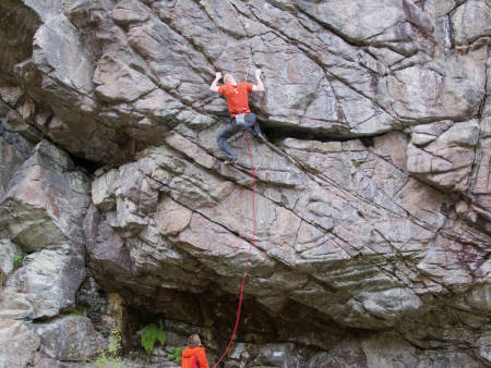 SYKEHUSVEGGEN I KRISTIANSAND: Dette populære klatrefeltet kan risikere å forsvinne grunnet utbygging av leilighetskomplekser. Her er Tobias Brodahl på Rigor Mortis (8/8+). Foto: Lars Verket