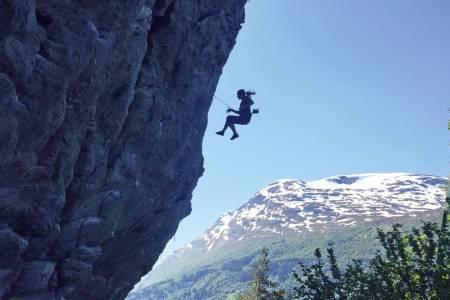 Fotogent fall: Kristine Stangeland tar en suser midtveis oppe i ruta med Innvikfjorden som bakgrunn. Foto: Geir Evensen