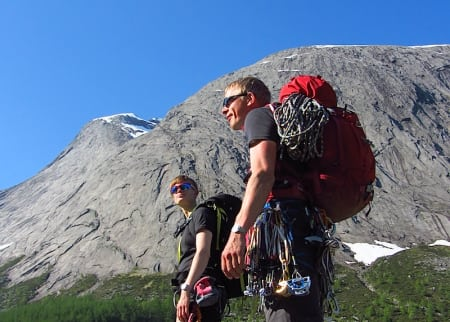 Nora Helen Lund Lyngra og Øystein Halle på vei til klatring i Uskedalen. Foto: Håvard Skomedal Torvanger