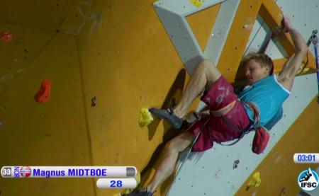 Magnus Midtbø i finalen. Rett før cruxet. Foto: Skjermdump/ifsc-climbing.org