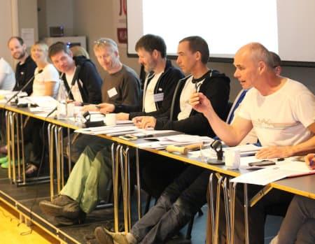 Klatretinget er i gang. Tidligere President Lars Christian Stendal er ordstyrer. Foto: Dag Hagen