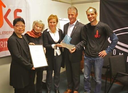 Fra venstre: Kit Fai Næss, Grethe Lund (mor til prisvinner Anne Margrethe Lund), Hedvig Lund (søster til Anne Margrethe Lund), Leif Landsverk og Ole Karsten Birkeland. Foto: Lars Ole Gudevang