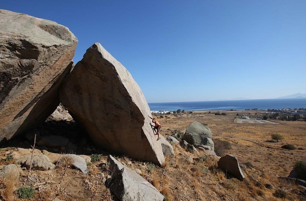 Høydare: Buldring på Delicate Moves (6b), med utsikt sydøstover mot øya Mandraki. Tyrkia ligger en kort båtreise østover. Foto: Dag Hagen