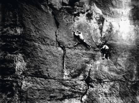 Elbsandstein: Erland Kempf og klatrepartner på andrebestigningen av Kreuzturm Nordwand (VIIb), Affensteine i 1917. Foto: Hahn (arkiv Arnold)