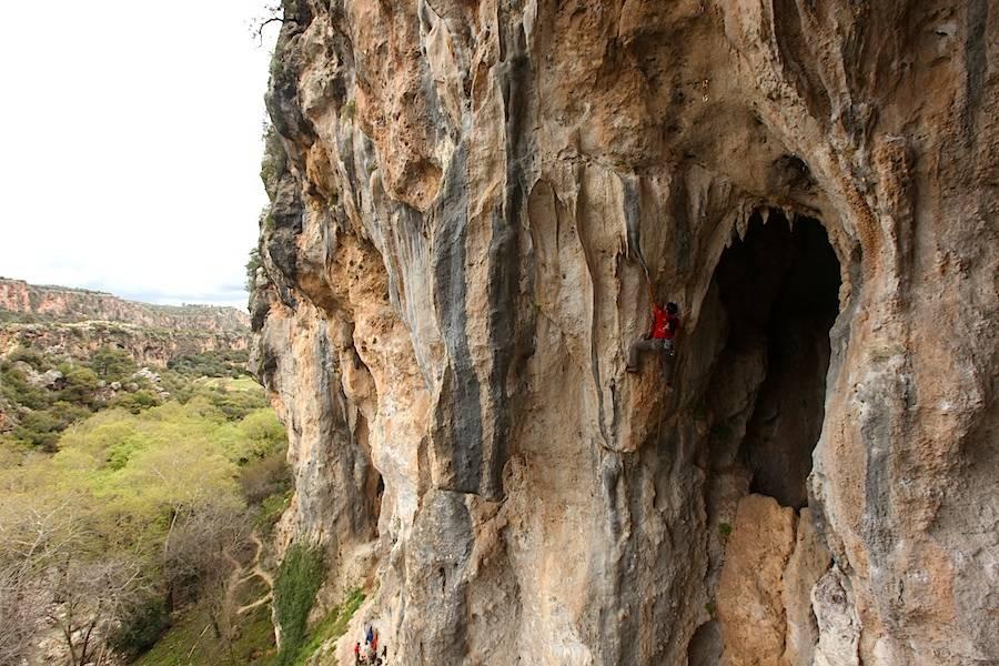En kvinnelig klatrer fra Iran går Bizim canamiz yanmaz gardas (7a) på sektor Trebenna. Foto: Dag Hagen