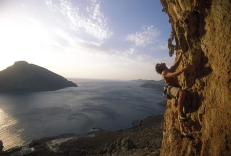 Kalymnos har fått seg enda en guidebok, fra Rockfax. Det har skapt rutekluss på flere klatrefelter, der det hevdes at lokale klatrere har byttet navn på rutene, slik at Rockfaxs guide inneholder feil. Her er Einar Landmark på 7a på feltet Spartacus. Foto: Dag Hagen