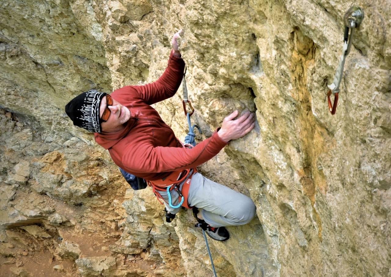Jo Nesbø klatrer ved Brasov i Romania. Foto: Alexandru Paun