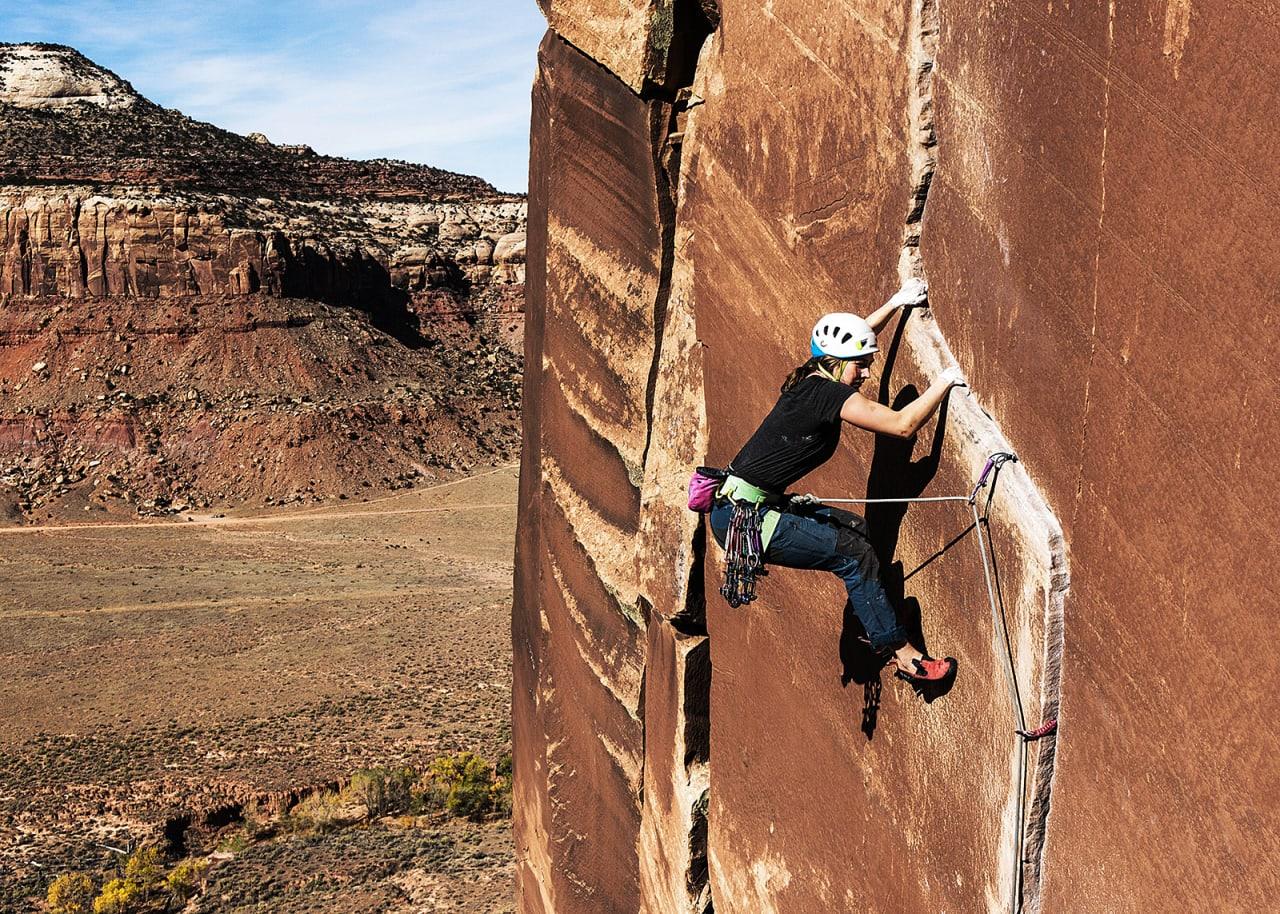 RISSET I STEIN: Sofie Døving Agdestein forserer den ene av to traverser på klassikeren Way Rambo (5.12) på Way Rambo Wall. Foto: Kristian Sletten Hanisch